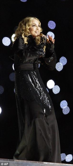 Madonna no casaco preto, adornado com lantejoulas retangulares