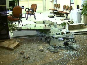 Moradores depredaram comércio e outros em Conchal (Foto: Reginaldo dos Santos/EPTV)