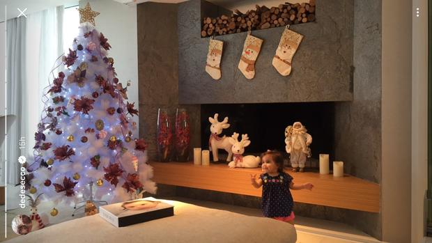 Maria Flor com a decoração de Natal (Foto: Instagram / Reprodução)