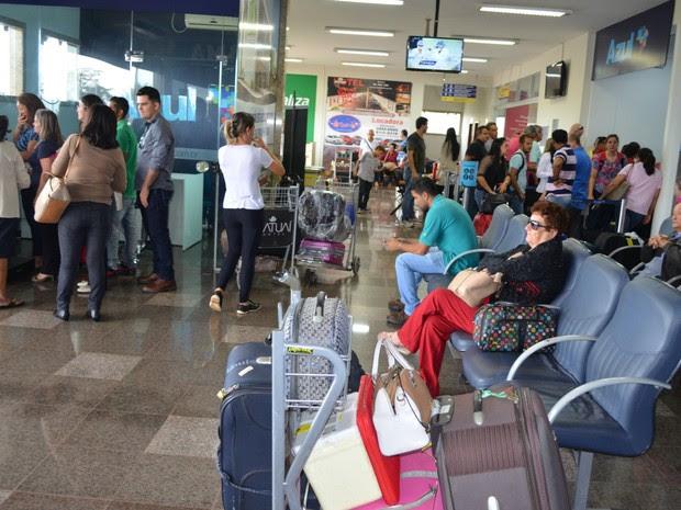 Passageiros da Azul aguardam por voo em Cacoal, após 24 horas (Foto: Rogério Aderbal/ G1)
