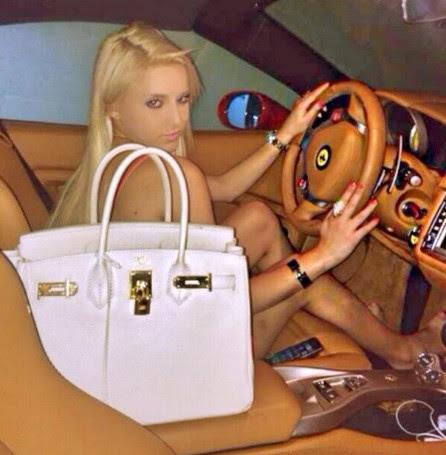 Lana, com carro e bolsas de luxo