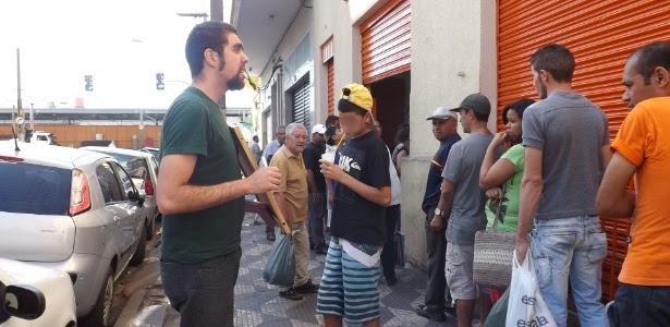 Diego dá aulas em um restaurante popular da região da 25 de março, em São Paulo