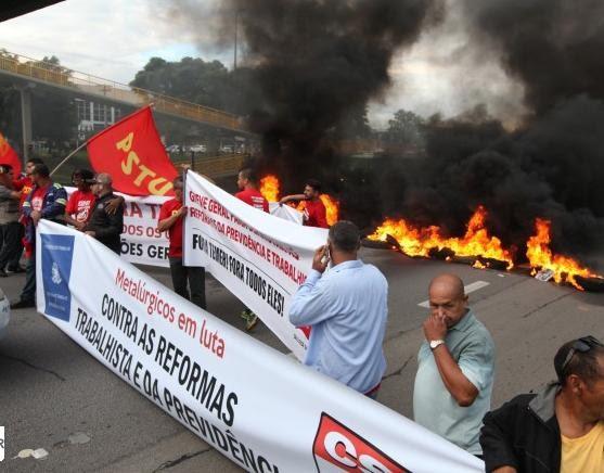 Manifestantes ateiam fogo e param a Dutra em São José (Foto: Divulgação/Sindicato dos Metalúrgicos)