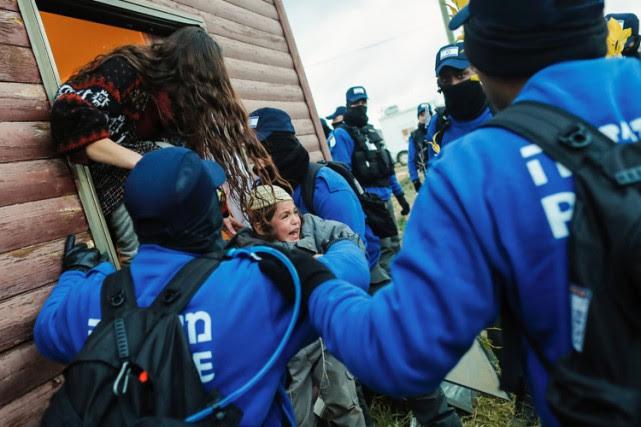 Vingt policiers ont été blessés légèrement, des centaines... (PHOTO AFP)