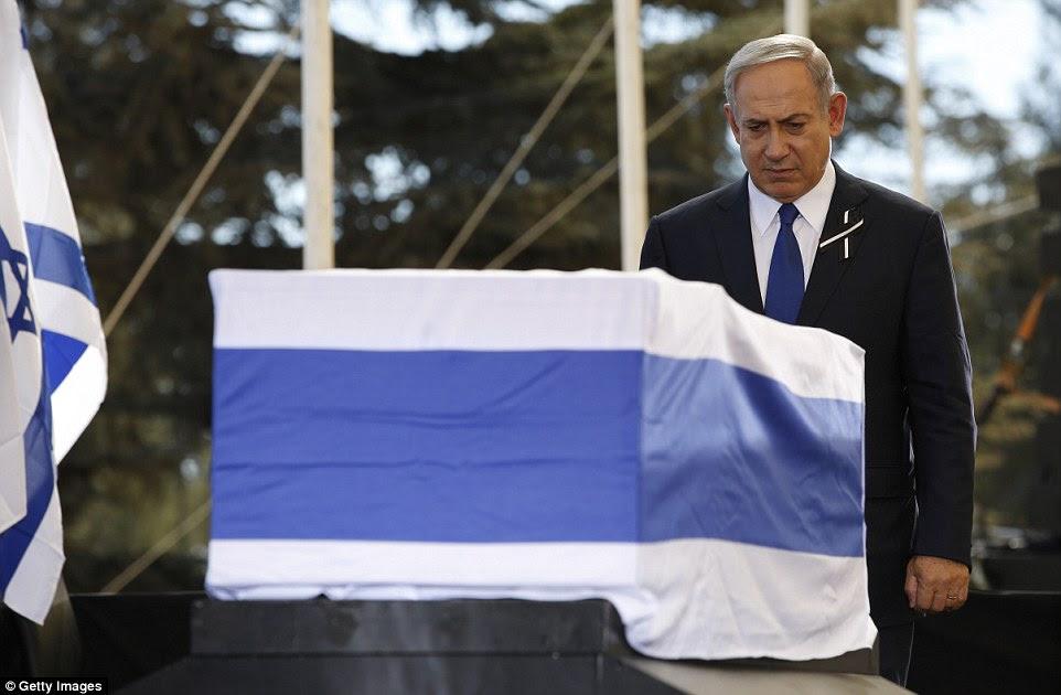 """O primeiro-ministro israelense, Benjamin Netanyahu, está diante do caixão depois de dizer: """"Ele era um grande homem de Israel;  ele era um grande homem do mundo '"""