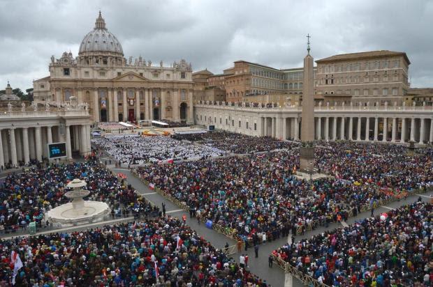 Em cerimônia histórica, papa Francisco declara santos João XXIII e João Paulo II VINCENZO PINTO/AFP