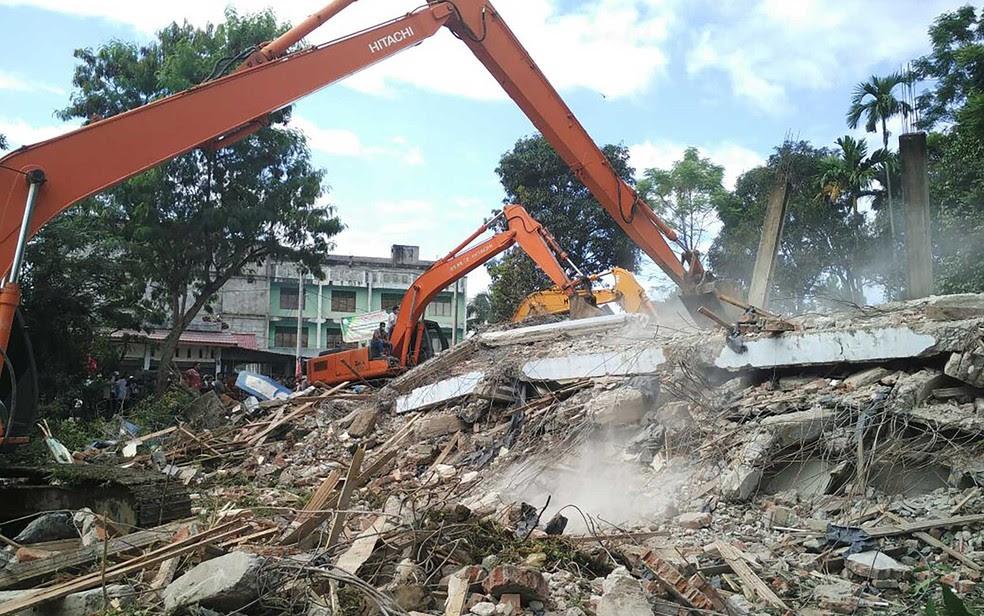 Equipes de salvamento buscam por sobreviventes nos escombros de edifício que ruiu (Foto: Chaideer Mahyuddin / AFP Photo)