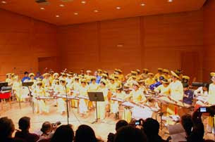 http://www.rfa.org/vietnamese/programs/MusicForWeekend/Music-for-the-weekend-Phuong-ca-group-in-franceand-the-Teaching-of-vietnamese-traditional-Music-Thy-Nga-09272010211231.html/PhCa40ans305.jpg