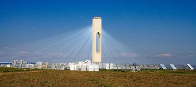 La centrale energetica PS10 da 11 MW produce elettricità dal sole usando 624 specchi mobili chiamati eliostati.  Planta Solar 10 (PS10) è una centrale termosolare costruita a Sanlúcar la Mayor, vicino Siviglia, in Spagna. Questa centrale elettrica è formata da una torre situata al centro di una pianura coperta da 624 eliostati, essenzialmente specchi, ciascuno con una superficie di ben 120 m2, che riflettono la luce solare verso un punto di fuoco posto in prossimità della sommità della torre. Il calore prodotto dalla concentrazione dei raggi solari riscalda le condutture dell'acqua presenti nella parte superiore della torre trasformando l'acqua in vapore acqueo. Il vapore prodotto fornisce fino a 11 MW di elettricità.