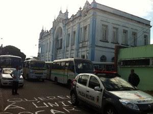 Prédio da prefeitura está ocupado desde a manhã de quarta-feira (24) (Foto: Igor Jácome/G1)