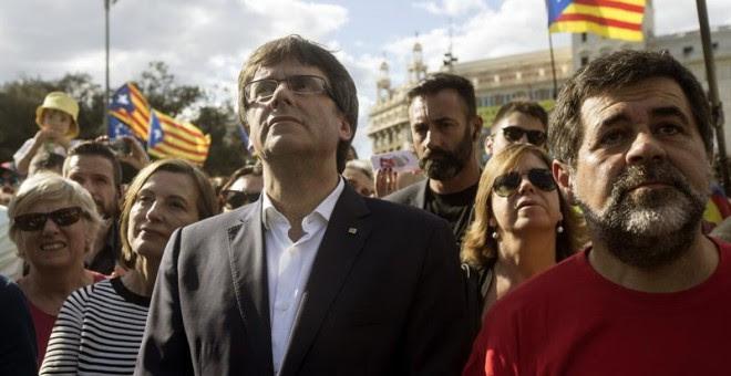 Carme Forcadell, Carles Puigdemont i Jordi Sànchez en la manifestació de la Diada / EFE