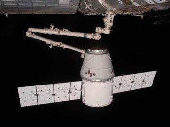 """A cápsula Dragon """"apanhada"""" pelo braço robótico da ISS"""