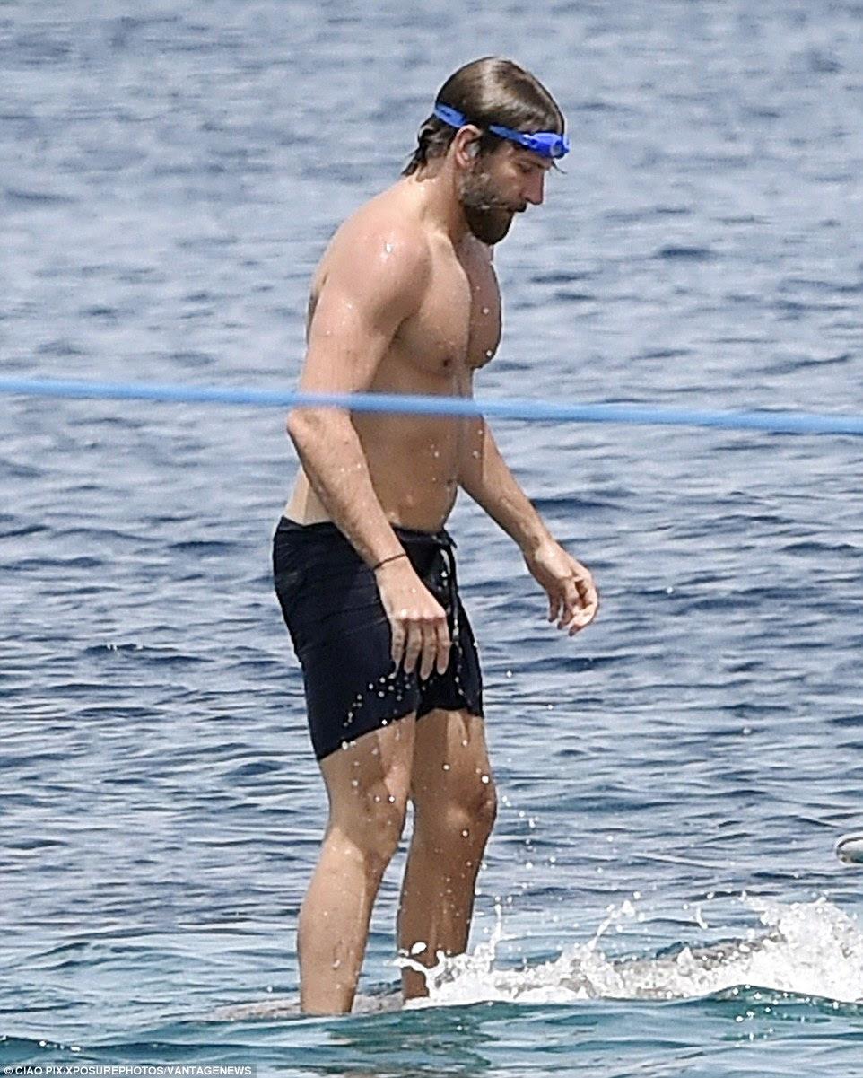 Apreensivo: Bradley pisa com cuidado, pois ele entrou no mar