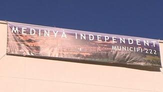 Cartell que reclama que Medinyà sigui declarat municipi independent