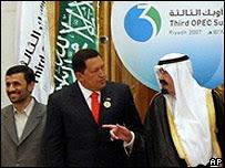 Presidentes de Irán y Venezuela junto al rey de Arabia Saudita en la cumbre de la OPEP