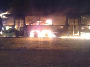 Ônibus foi incendiado e ficou completamente destruído em Campina Grande; este é o terceiro ataque a veículos de transporte coletivo na cidade desde a última quarta-feira (13) (Foto: Danilo Alves / TV Paraíba )