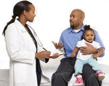 Foto: Padre en consulta médica con una doctora