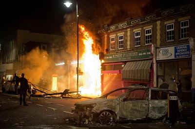 Loja a arder e carro da polícia queimado, Tottenham, Londres, 6 de Agosto de 2011 – Foto de Beacon Radio/Flickr