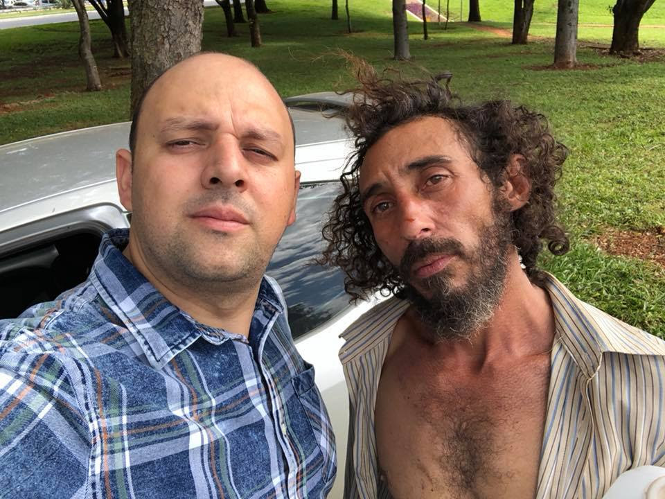 Homem fica sem combustível e recebe ajuda de morador de rua em Brasília