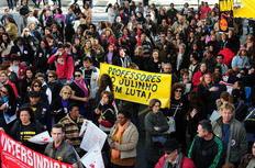 Cerca de 300 pessoas se concentram em frente ao Palácio Piratini-Ronaldo Bernardi/Agencia RBS