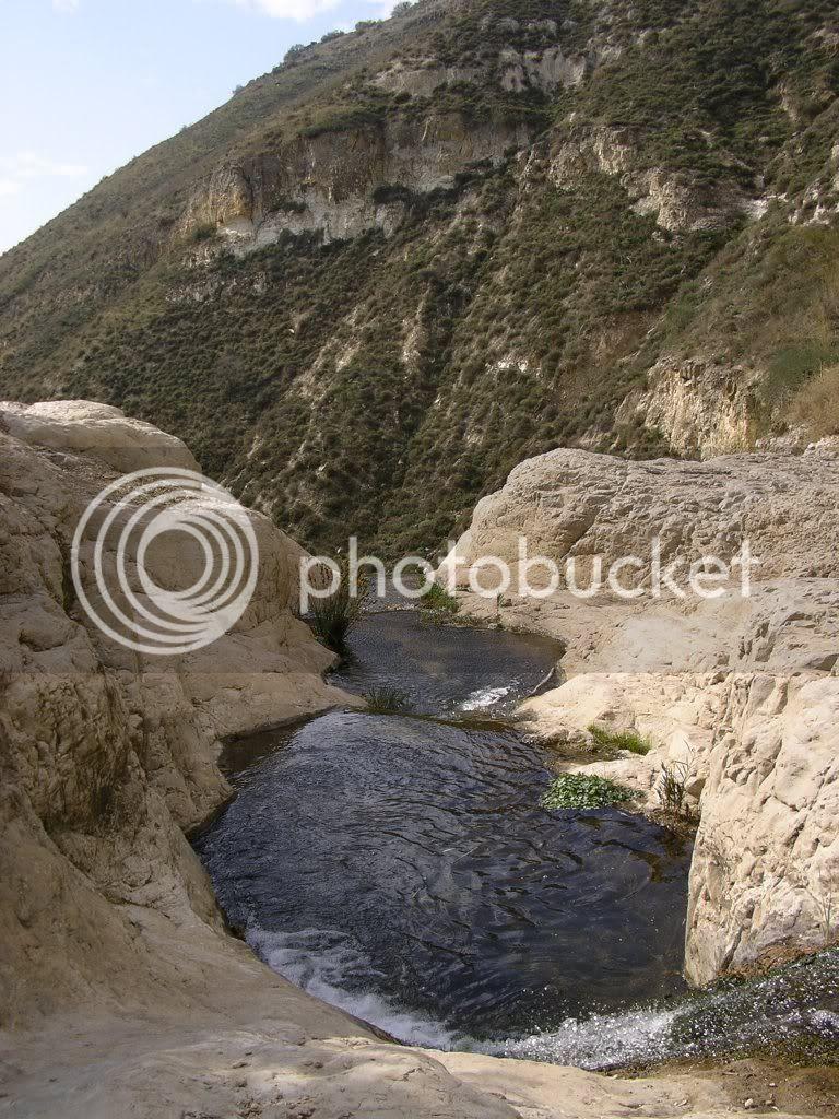 מעל המפל הלבן בנחל אל-על