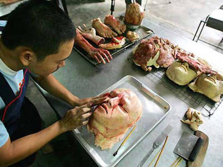 Kittiwat aparece dando forma aos pães artesanais que mais parecem cenografia de um filme de terror!