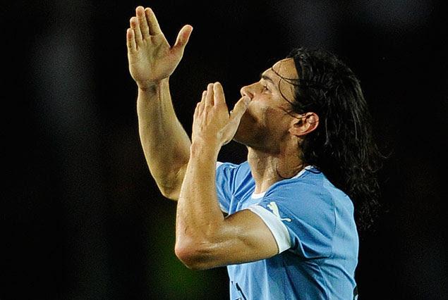 Edinson Cavani a los besos en el festejo del gol uruguayo.