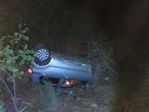 Carro foi encontrado capotado (Foto: Corpo de Bombeiros/Divulgação)