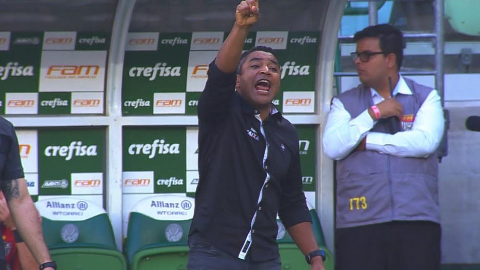 Roger chama a atenção dos jogadores do Atlético-MG durante duelo com o Palmeiras (Foto: Reprodução / TV Globo Minas)