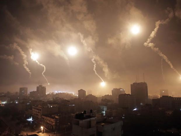 29/7 - Sinalizadores atirados por Israel iluminam o céu da cidade de Gaza na madrugada (Foto: Khalil Hamra/AP)