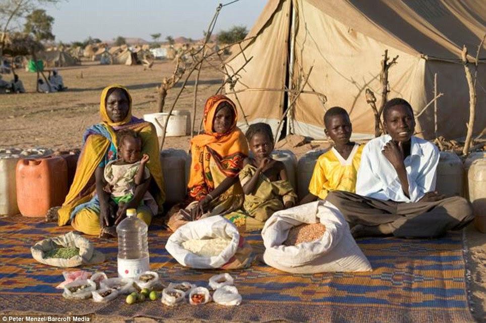 Το Τσαντ, τη Βόρεια Αφρική: Η Aboubakar οικογένεια από το Νταρφούρ, το Σουδάν, να περάσετε £ 37 την εβδομάδα για τα τρόφιμα