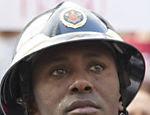 No domingo (5), bombeiros do Rio de Janeiro e parentes dos membros da corporação presos ontem realizam protesto no centro da capital fluminense