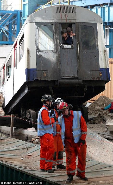 Δύσκολες συνθήκες: Δύο άνδρες δει κοιτάζοντας έξω από ένα παράθυρο μεταφοράς Tube