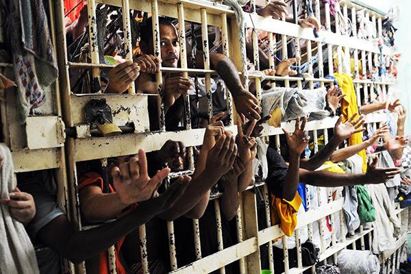 Resultado de imagem para preso rico saindo da cadeia