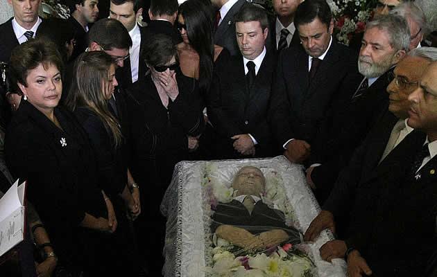 A presidente Dilma Rousseff , o ex-presidente Luiz Inácio Lula da Silva, o governador de Minas Gerais, Antonio Anastasia e o senador Aécio Neves (PSDB-MG) participam do velório do ex- vice-presidente José Alencar