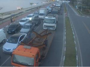 Motoristas esperam a liberação da travessia (Foto: Reprodução/Dersa)