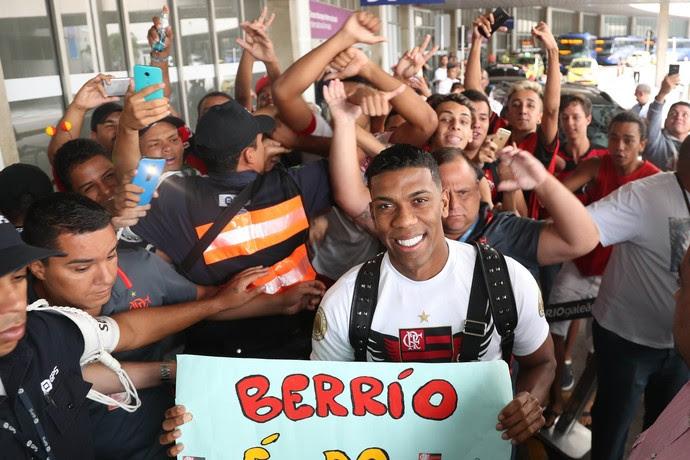 Berrío desembarca Rio de Janeiro (Foto: Gilvan de Souza/Flamengo)