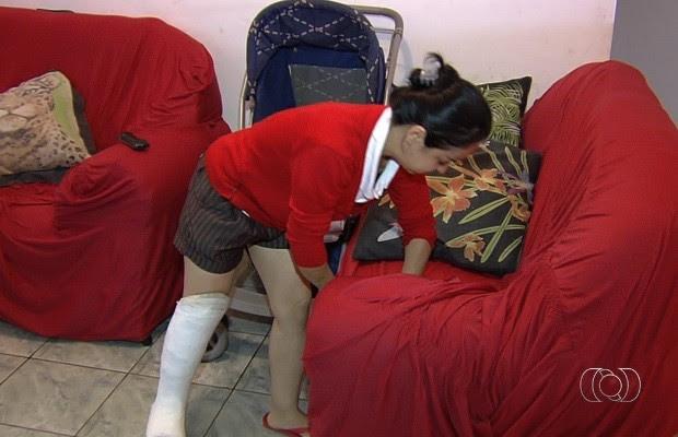 Mulher com 'ossos de vidro' luta por tratamento de R$ 17 mil em Goiânia, Goiás 2 (Foto: Reprodução/TV Anhanguera)