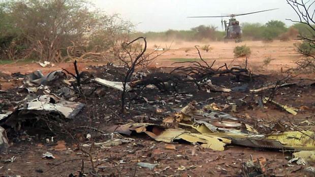 Foto do exército francês mostra destroços de avião que caiu no Mali (Foto: ECPAD/AP)