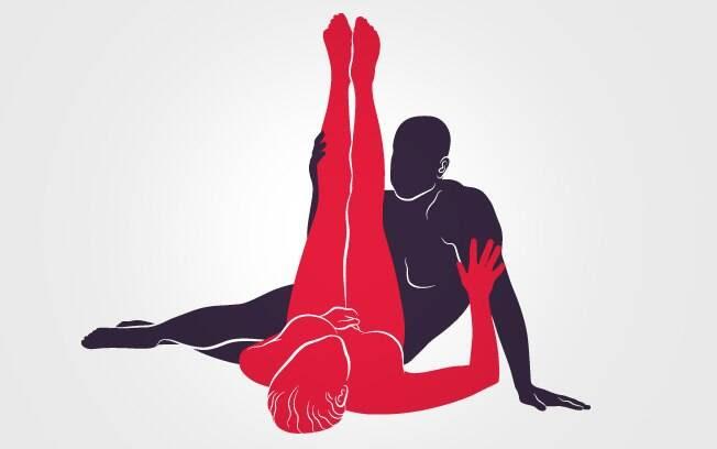 42. POSIÇÃO ESTICADA: Deitada, ela levanta completamente as pernas, que devem estar esticadas. Ele observa a cena e penetra sentado . Foto: Renato Munhoz (Arte iG)