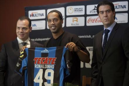 Ronaldinho es presentado como nuevo jugador de Gallos Blancos de Querétaro. Foto: Octavio Gómez.