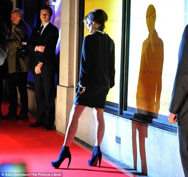 Centro de atenção: Apesar de seu jet lag e semana muito ocupada, Victoria era sempre o profissional como ela posou no tapete vermelho