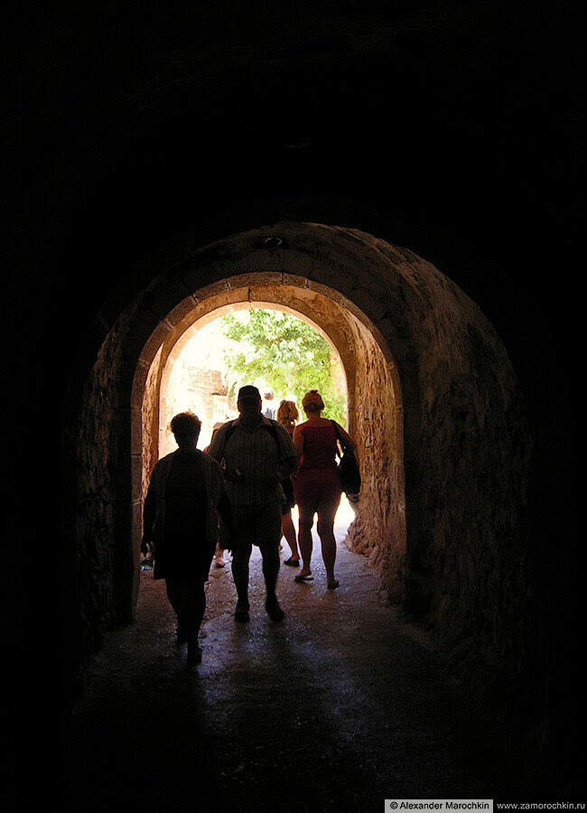 Остров Спиналонга - проход в виде тоннеля