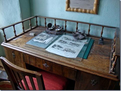 08 pisalna miza s črnilnikom