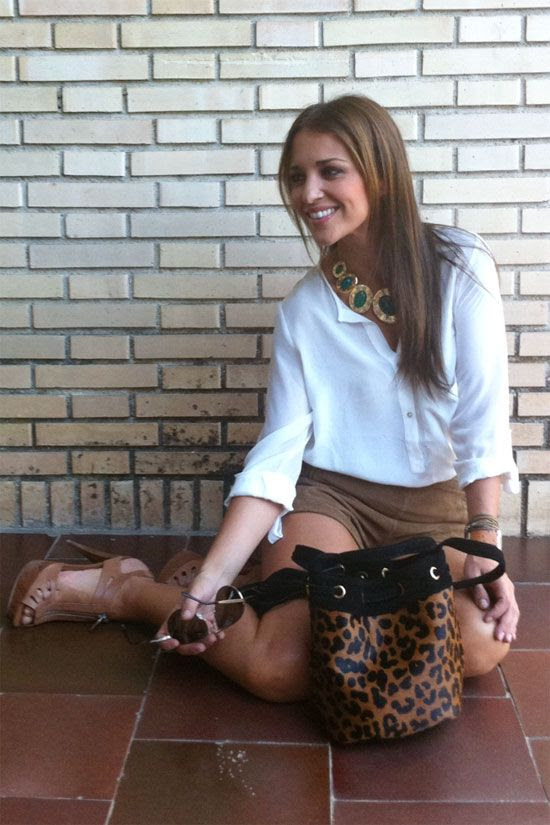 Los shorts de ante y de talle alto son de las súper compras que me hice en el TOPSHOP de Londres, ¿a que son ideales? La camisa blanca súper vaporosa es de ZARA de esta temporada, las sandalias de tacón (raro verme de día en tacones ¿verdad?) son de MANGO del verano, el bolso tipo bombonera en leopardo es de LAURA VELA, cada día me están gustando mas sus colecciones!
