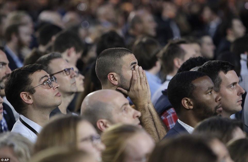 Os defensores assistir retornos eleitorais durante a reunião da noite da eleição do candidato presidencial democrata Hillary Clinton no átrio de vidro Jacob Javits Center fechado