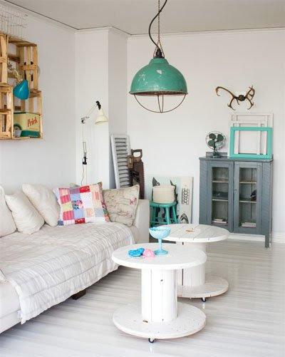 hacer mesa de palet con bobinas demadera vintage, decorar con muebles reciclados verde menta color mint