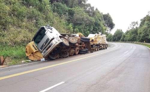 Candói - Caminhão derruba carga de lâminas na BR 373