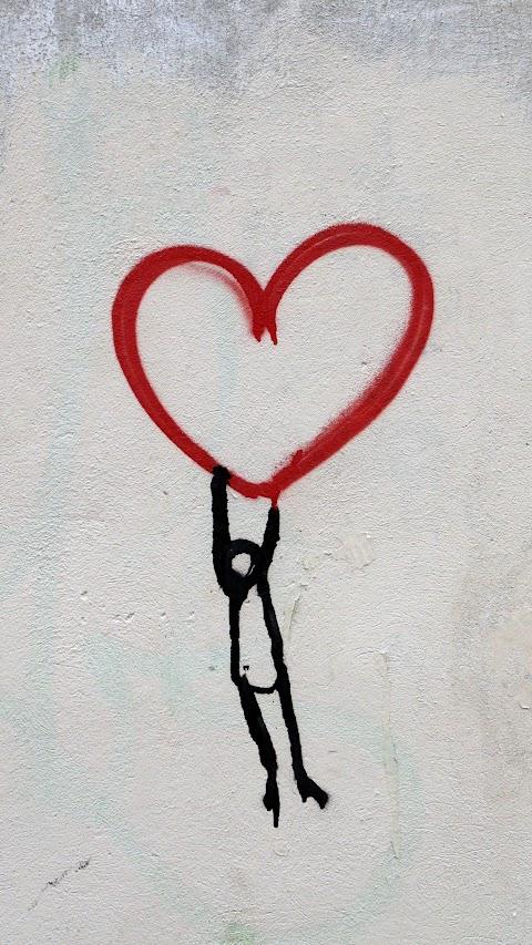خلفية رسم على الحائط قلب الحب مع رجل معلق بدقة عالية hd