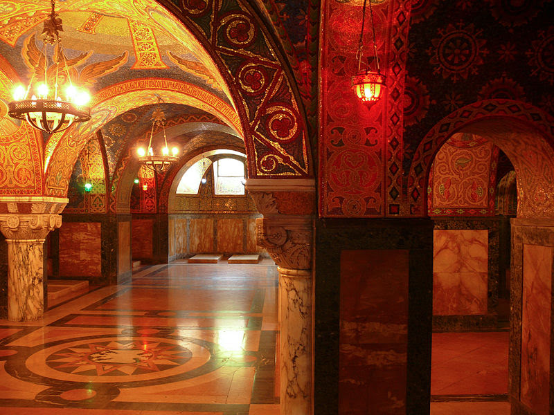 File:Krypta der Kirche des Hl. Georg in Topola (Oplenac) Serbien.jpg